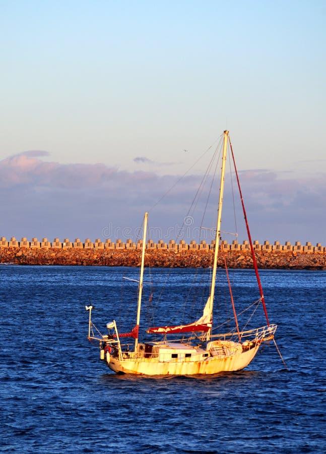 Σκουριασμένη βάρκα στο ηλιοβασίλεμα στοκ εικόνα