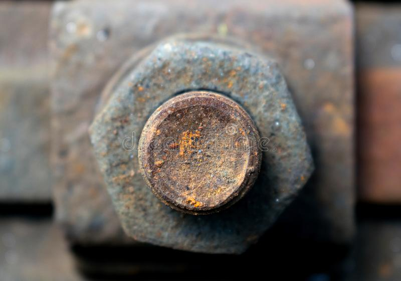 Σκουριασμένη βίδα στο raily διαδρομή-υπόβαθρο στοκ φωτογραφία