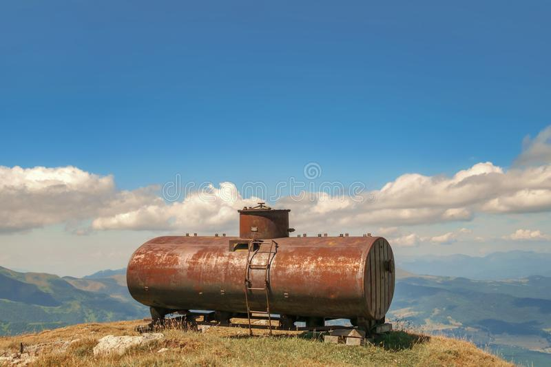 Σκουριασμένη δεξαμενή πετρελαίου στοκ εικόνες