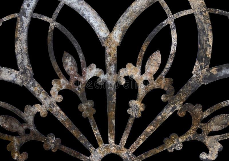 Σκουριασμένη διακόσμηση μετάλλων σιδήρου grunge δαντελλωτός με την Fleur-de-Lis που απομονώνεται στο Μαύρο στοκ φωτογραφία