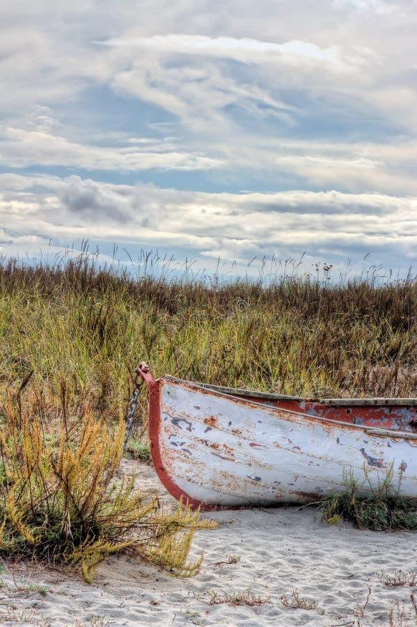 Σκουριασμένη παλαιά βάρκα στην παραλία στοκ εικόνα με δικαίωμα ελεύθερης χρήσης