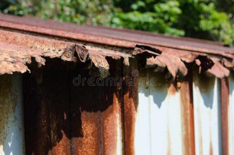 Σκουριασμένη στέγη υπόστεγων στοκ φωτογραφία