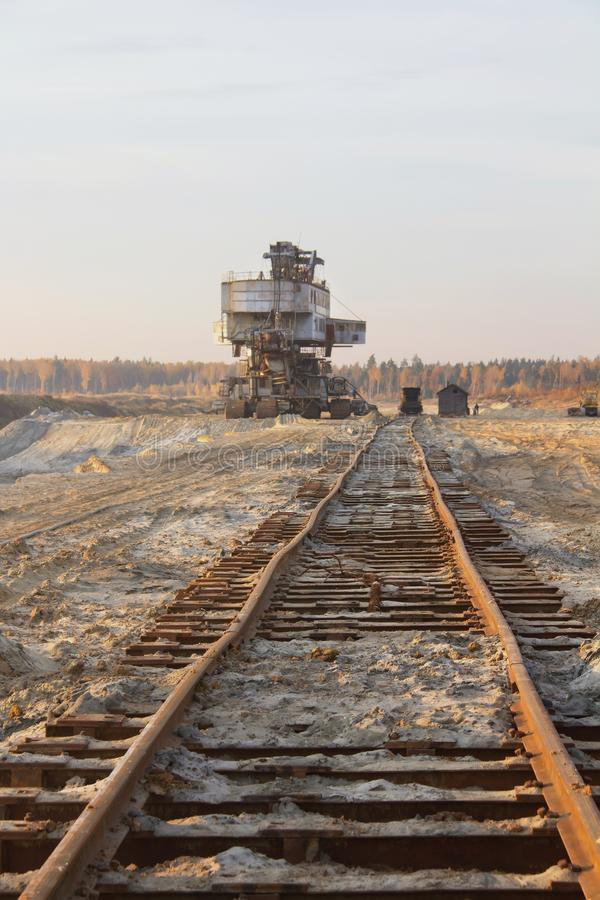 Σκουριασμένος δεσμός σιδηροδρόμου Γιγαντιαίος στοιβαχτής Εκσκαφέας αλυσίδων κάδων σε ένα λατομείο άμμου Μαζικός υλικός χειρισμός στοκ φωτογραφία με δικαίωμα ελεύθερης χρήσης