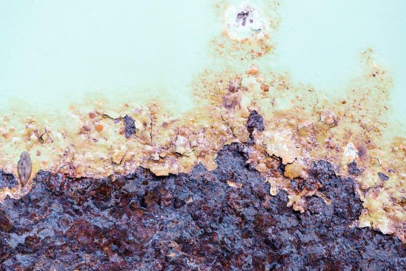 Σκουριασμένος στο παλαιό μέταλλο και την αποφλοίωση από το υπόβαθρο σύστασης χρωμάτων στοκ φωτογραφίες με δικαίωμα ελεύθερης χρήσης