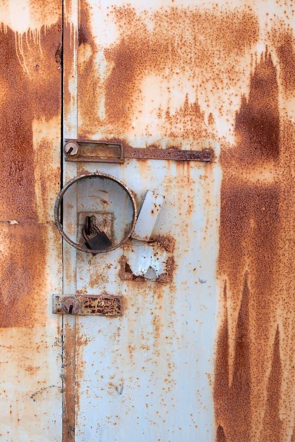 σκουριασμένος τοίχος μετάλλων κλειδωμάτων πορτών στοκ εικόνα με δικαίωμα ελεύθερης χρήσης