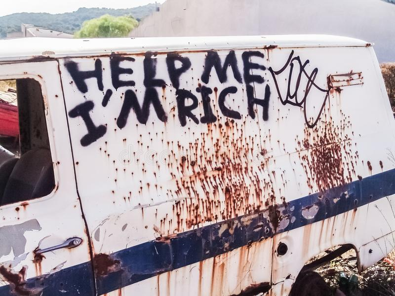 Σκουριασμένο αυτοκίνητο σωμάτων με τα γκράφιτι στοκ φωτογραφίες
