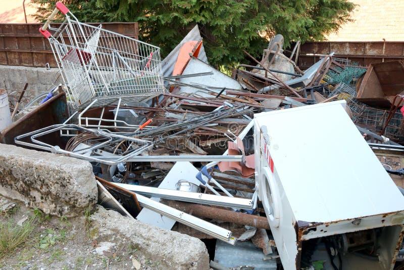 σκουριασμένο καροτσάκι αγορών στην ανακύκλωση του σιδηρούχου υλικού στοκ εικόνες