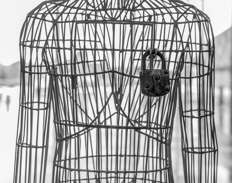 Σκουριασμένο λουκέτο στο μεταλλικό σώμα στοκ εικόνες με δικαίωμα ελεύθερης χρήσης