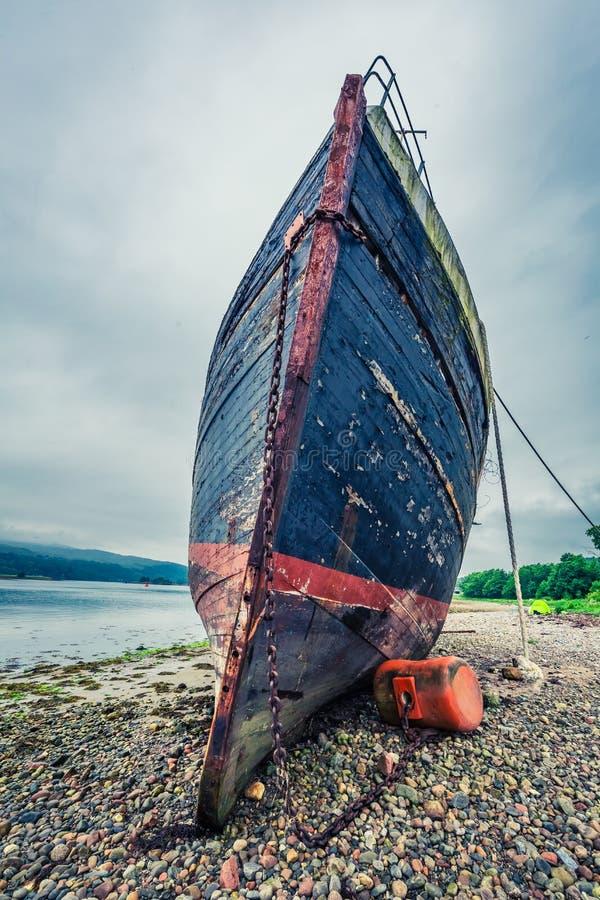 Σκουριασμένο ναυάγιο στην ακτή στο οχυρό William το καλοκαίρι, Σκωτία στοκ εικόνες με δικαίωμα ελεύθερης χρήσης
