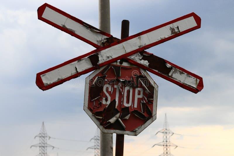 Σκουριασμένο παλαιό σημάδι στάσεων για το τραίνο στοκ εικόνες