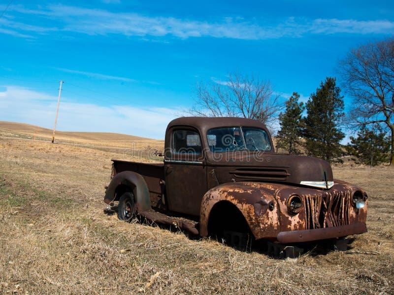 Σκουριασμένο παλαιό φορτηγό στον τομέα που εγκαταλείπεται στοκ εικόνα με δικαίωμα ελεύθερης χρήσης