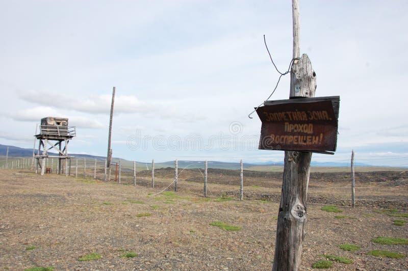Σκουριασμένο σημάδι απαγόρευσης μετάλλων στην εγκαταλειμμένη tundra περιοχή στοκ εικόνα με δικαίωμα ελεύθερης χρήσης