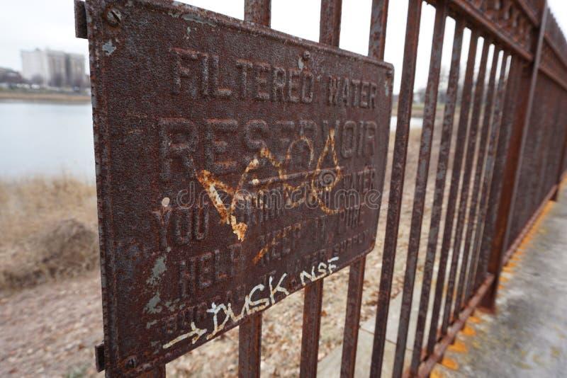 Σκουριασμένο σημάδι σιδήρου στο φράκτη στοκ φωτογραφία με δικαίωμα ελεύθερης χρήσης