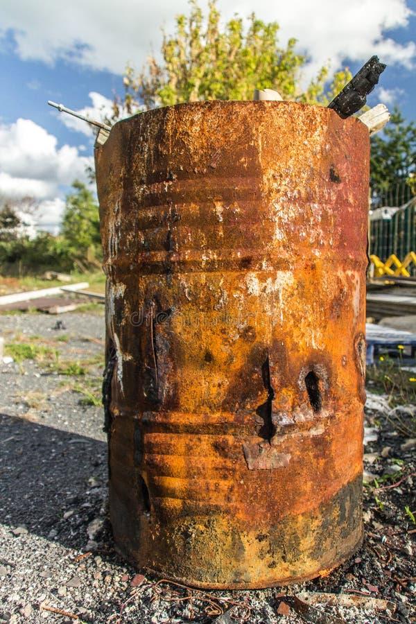 Σκουριασμένο τύμπανο με το μμένο ξύλο στοκ εικόνα