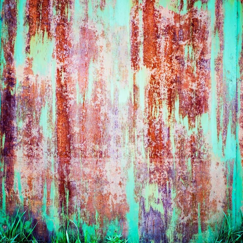 Σκουριασμένο χρωματισμένο μέταλλο με το ραγισμένο χρώμα, grunge υπόβαθρο στοκ φωτογραφία με δικαίωμα ελεύθερης χρήσης