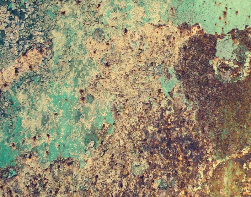Σκουριασμένο χρωματισμένο μέταλλο με το ραγισμένο χρώμα, grunge υπόβαθρο στοκ εικόνες