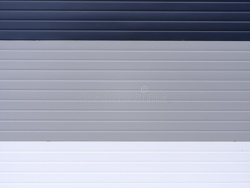 Σκούρο μπλε, ανοικτό γκρι και άσπρο βινυλίου να πλαισιώσει υπόβαθρο Ζωηρόχρωμες συστάσεις από το εξωτερικό Πλαστικός τοίχος επιτρ στοκ φωτογραφίες