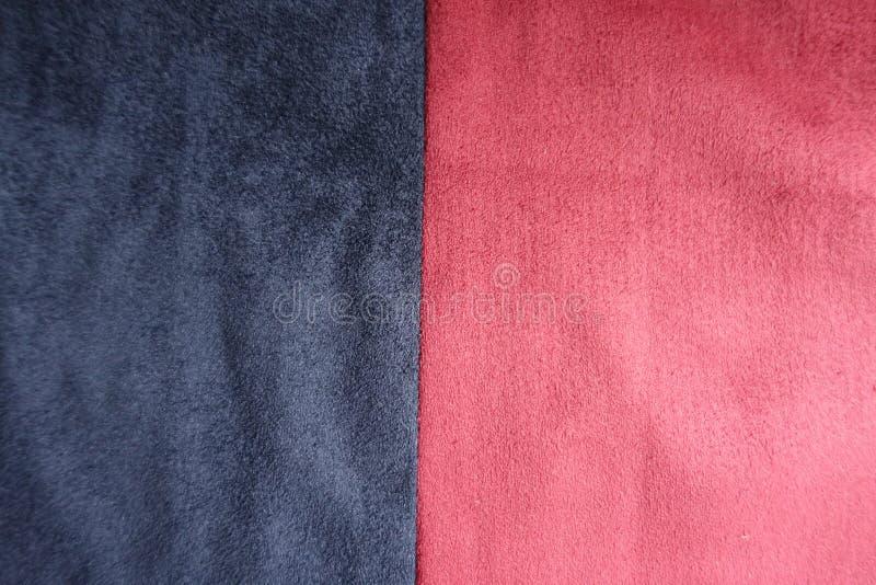 Σκούρο μπλε και κόκκινο τεχνητό σουέτ που συρράπτεται κάθετα στοκ εικόνες