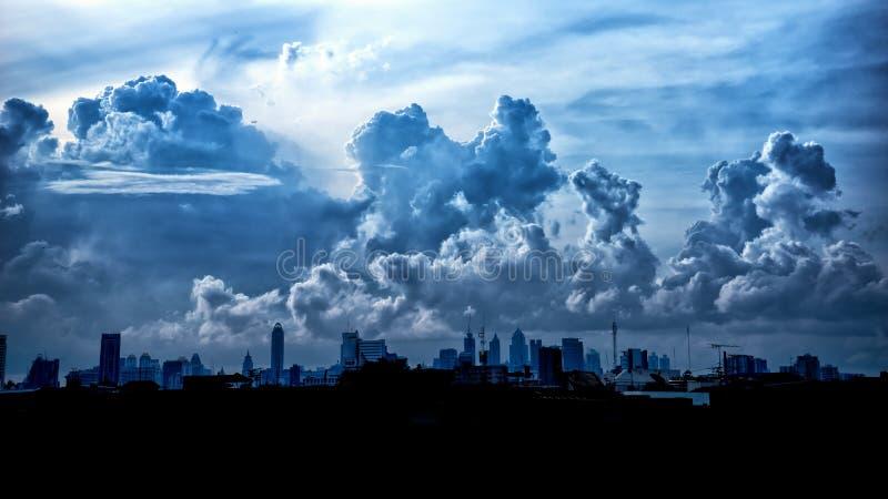 Σκούρο μπλε σύννεφα θύελλας πέρα από την πόλη στη περίοδο βροχών στοκ εικόνες με δικαίωμα ελεύθερης χρήσης