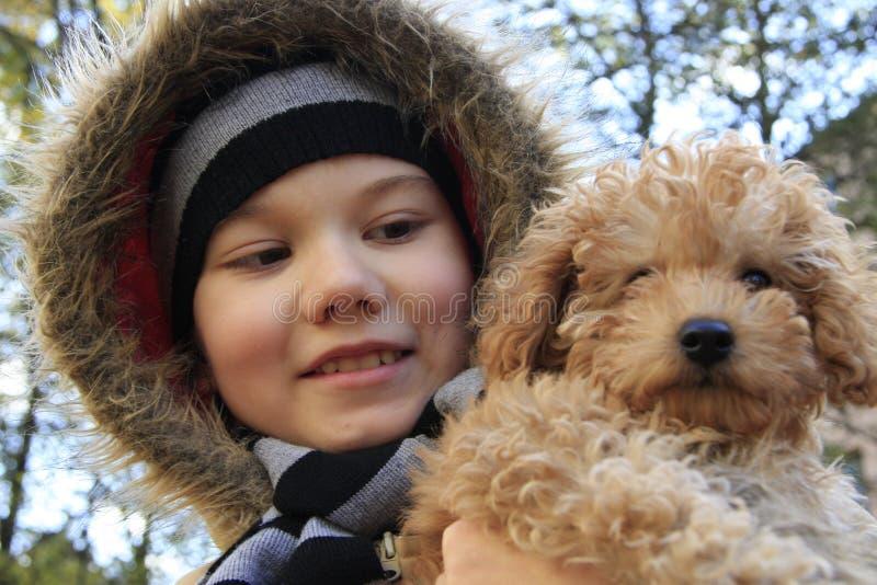 σκυλί αγοριών μικρό στοκ φωτογραφία με δικαίωμα ελεύθερης χρήσης