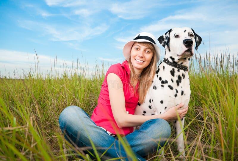 σκυλί οι νεολαίες γυν&alph στοκ φωτογραφία με δικαίωμα ελεύθερης χρήσης