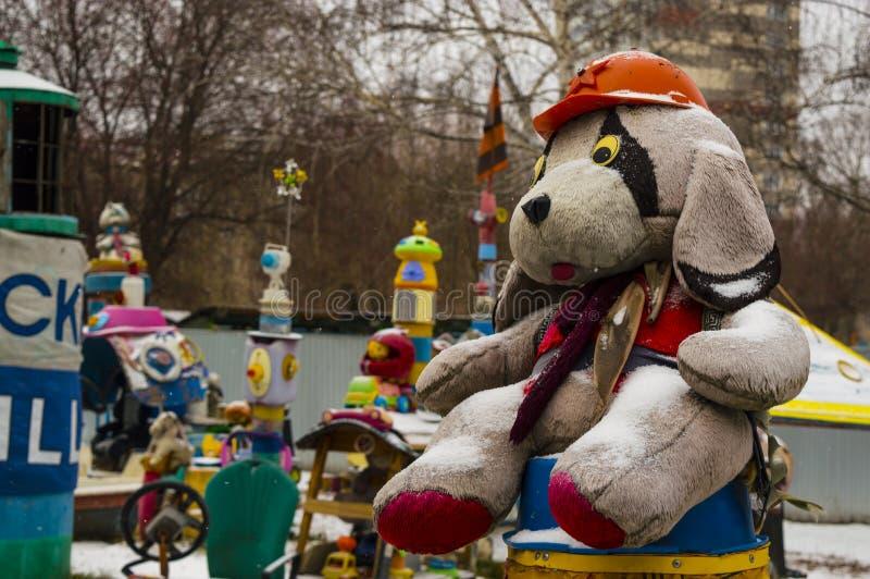 Σκυλί παιχνιδιών στην οδό σε ένα κράνος κατασκευής στοκ εικόνες με δικαίωμα ελεύθερης χρήσης