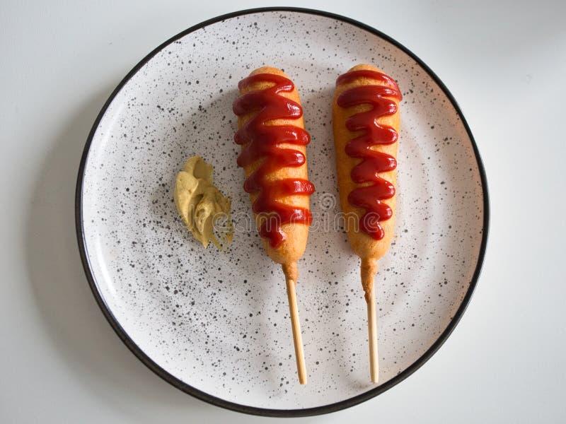 Σκυλιά καλαμποκιού και σάλτσα μουστάρδας στοκ εικόνα