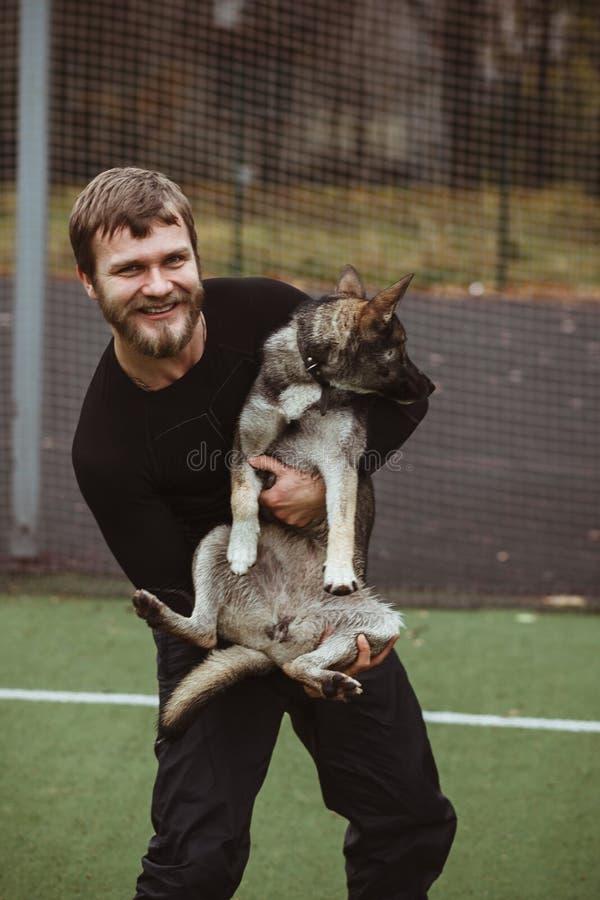 Download Σκυλί με τον ιδιοκτήτη του που έχει τη διασκέδαση Στοκ Εικόνα - εικόνα από διασκέδαση, πορτρέτο: 62715549