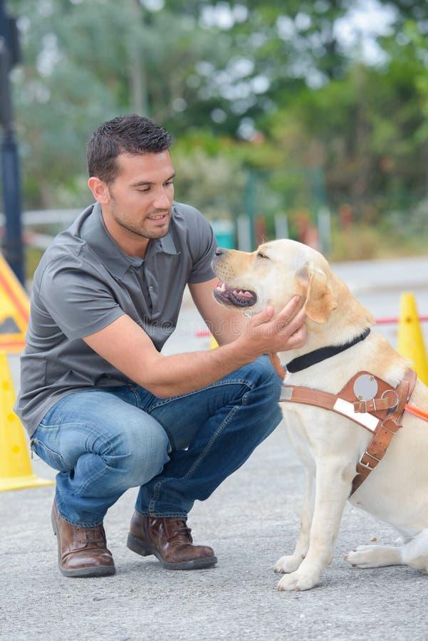 Σκυλί οδηγών κατάρτισης ατόμων στοκ φωτογραφία με δικαίωμα ελεύθερης χρήσης