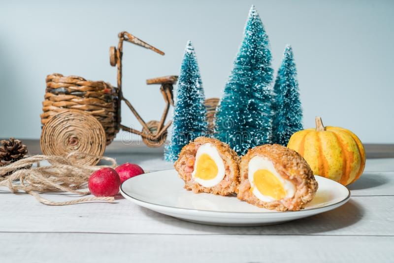 Σκωτσέζικα αυγά με το διακοσμημένο υπόβαθρο στοκ φωτογραφίες