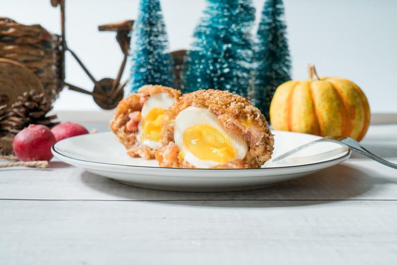 Σκωτσέζικα αυγά με το διακοσμημένο υπόβαθρο στοκ φωτογραφίες με δικαίωμα ελεύθερης χρήσης