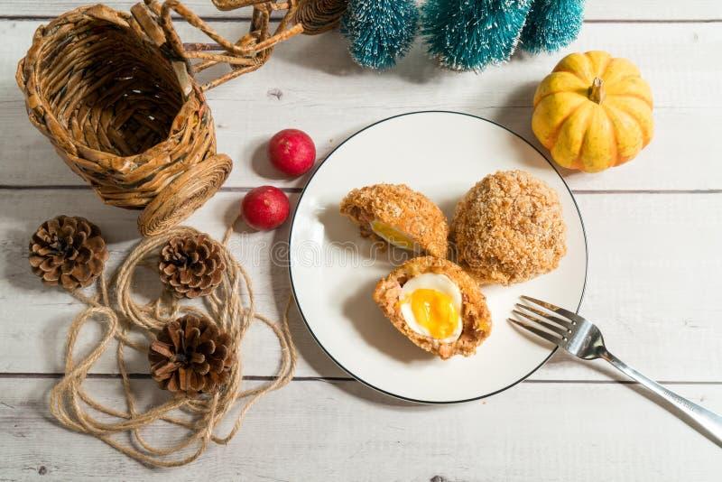 Σκωτσέζικα αυγά με το διακοσμημένο υπόβαθρο στοκ εικόνες