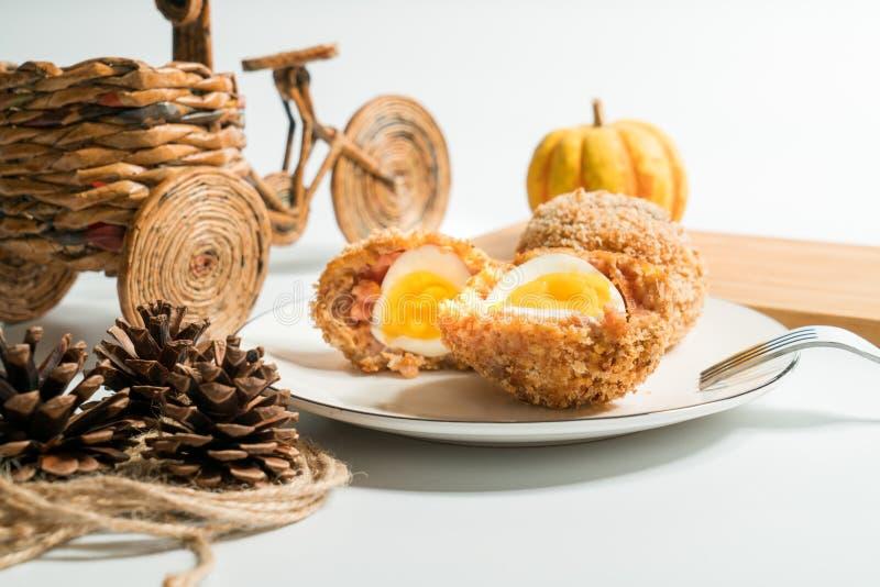 Σκωτσέζικα αυγά με το διακοσμημένο υπόβαθρο στοκ εικόνα με δικαίωμα ελεύθερης χρήσης