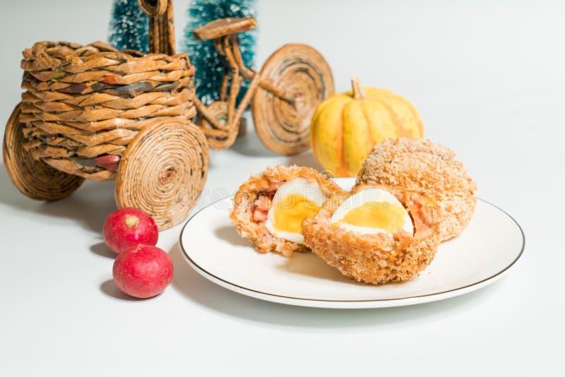 Σκωτσέζικα αυγά με το διακοσμημένο υπόβαθρο στοκ φωτογραφία
