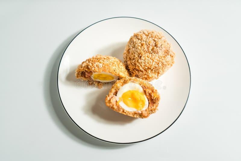 Σκωτσέζικα αυγά με το διακοσμημένο υπόβαθρο στοκ φωτογραφία με δικαίωμα ελεύθερης χρήσης