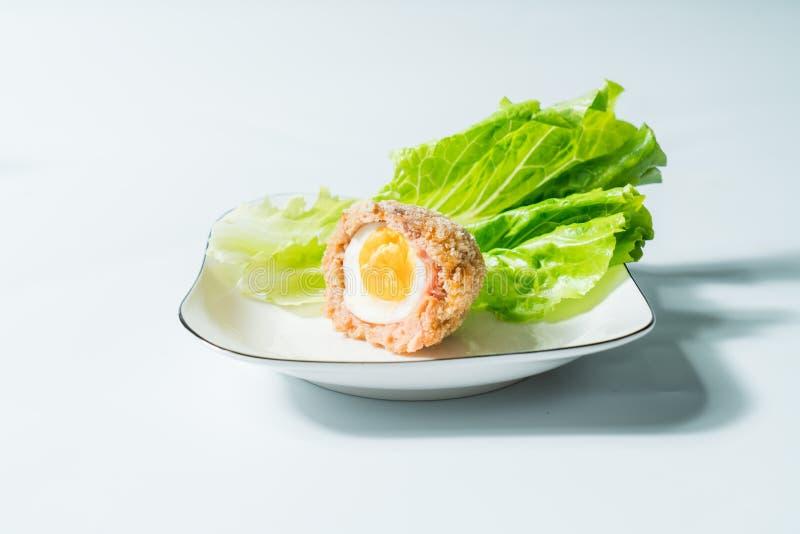 Σκωτσέζικα αυγά με το διακοσμημένο υπόβαθρο στοκ εικόνες με δικαίωμα ελεύθερης χρήσης