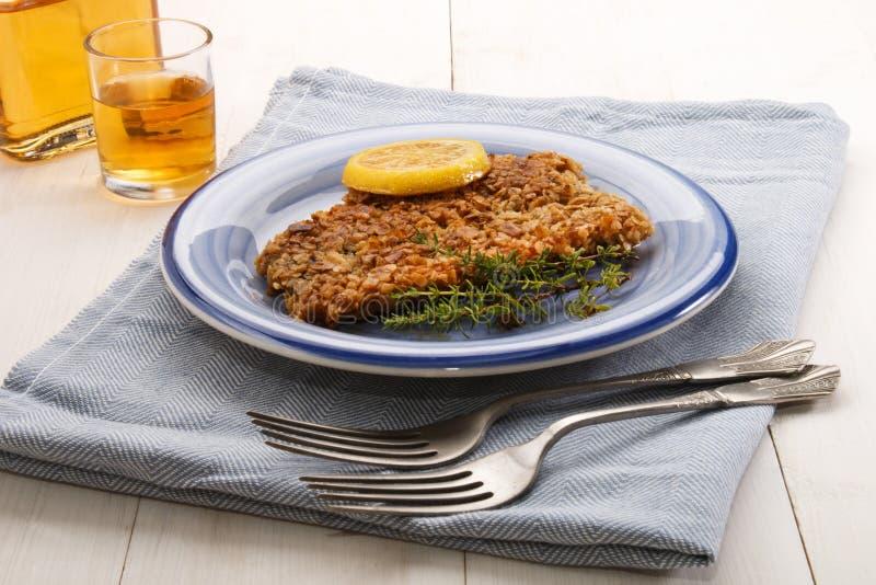Σκωτσέζικα με ντυμένη τη oatmeal καπνιστή ρέγγα με το λεμόνι θυμαριού και φετών στοκ εικόνες