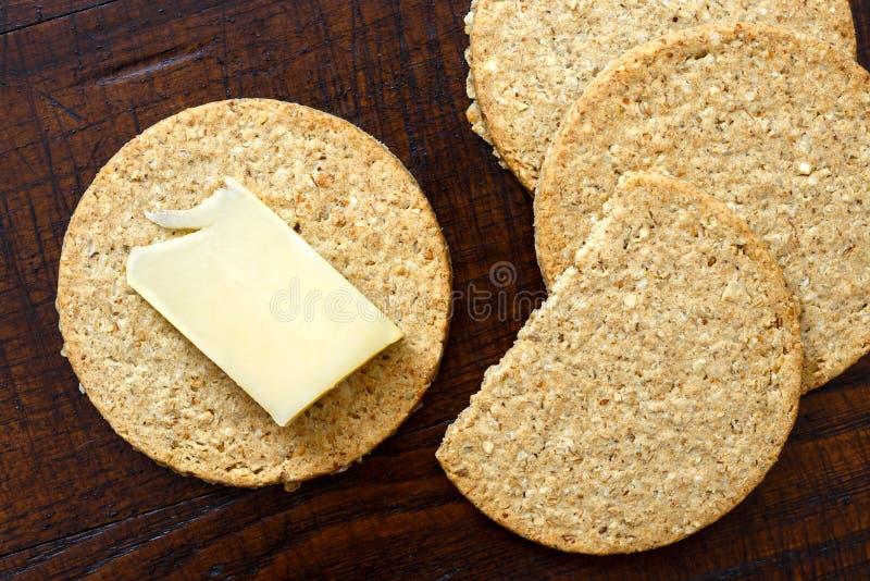 Σκωτσέζικες παξιμαδια βρώμης με μια φέτα του κίτρινου τυριού στοκ φωτογραφίες με δικαίωμα ελεύθερης χρήσης