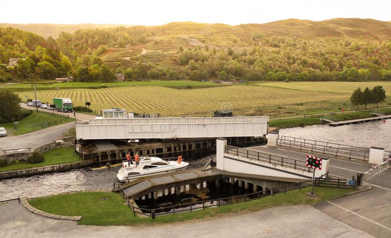 Σκωτσέζικη γέφυρα ταλάντευσης καναλιών ανοικτή με τη βάρκα στοκ εικόνα με δικαίωμα ελεύθερης χρήσης