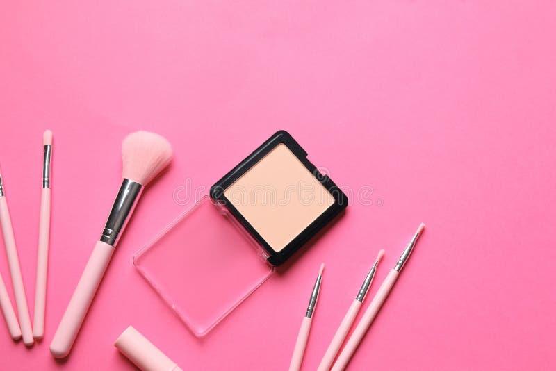 Σκόνη και βούρτσες προσώπου για να ισχύσει makeup στο υπόβαθρο χρώματος, τοπ άποψη στοκ εικόνες με δικαίωμα ελεύθερης χρήσης