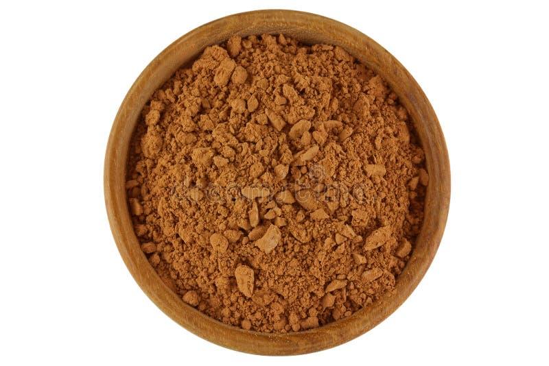 Σκόνη κακάου στο καφετί χρώμα σε ένα ξύλινο κύπελλο που απομονώνεται στο λευκό στοκ εικόνα