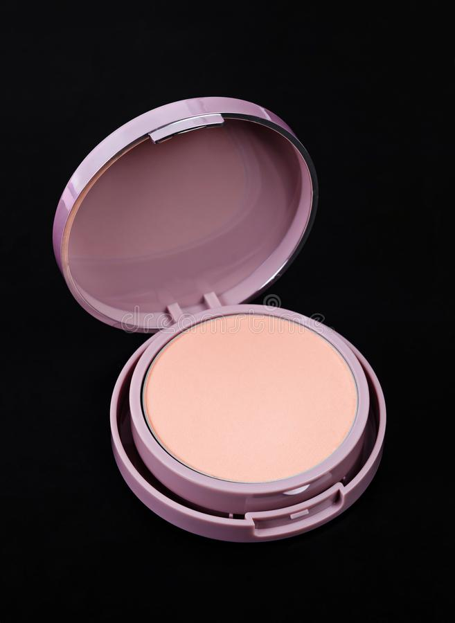 Σκόνη προσώπου για το makeup στο ρόδινο εμπορευματοκιβώτιο στοκ εικόνες