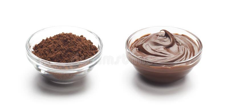 Σκόνη σοκολάτας και λειωμένη σοκολάτα που απομονώνονται στοκ φωτογραφία