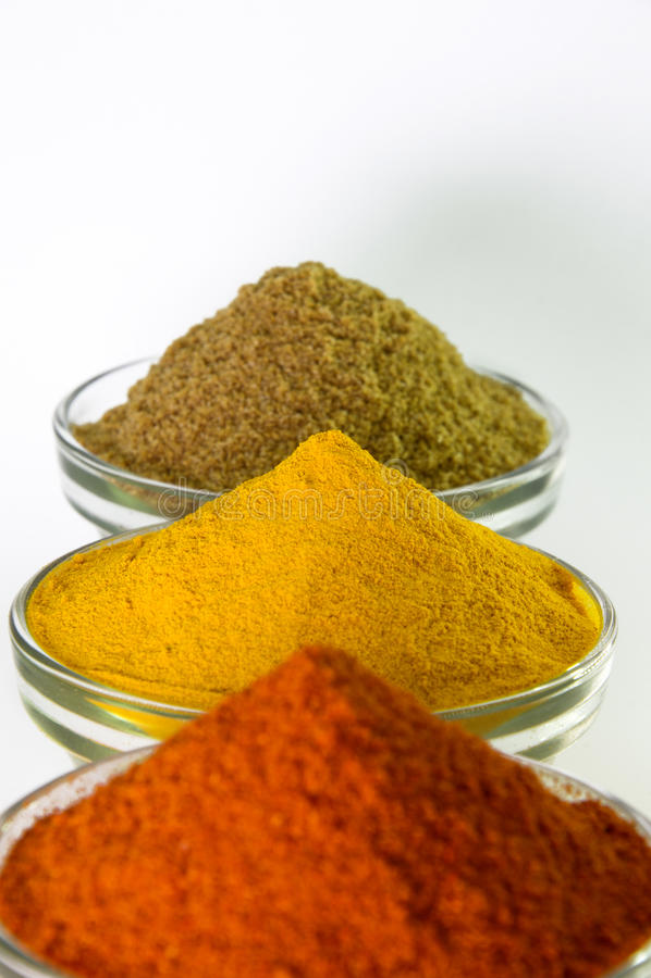 Σκόνη τσίλι, Turmeric σκόνη & σκόνη κορίανδρου στο κύπελλο στοκ εικόνα με δικαίωμα ελεύθερης χρήσης