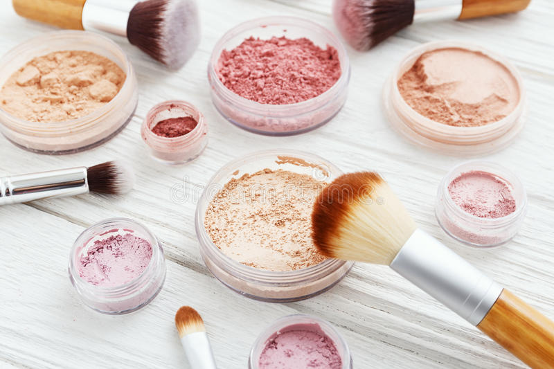 Σκόνη Makeup στο άσπρο ξύλο στοκ εικόνες