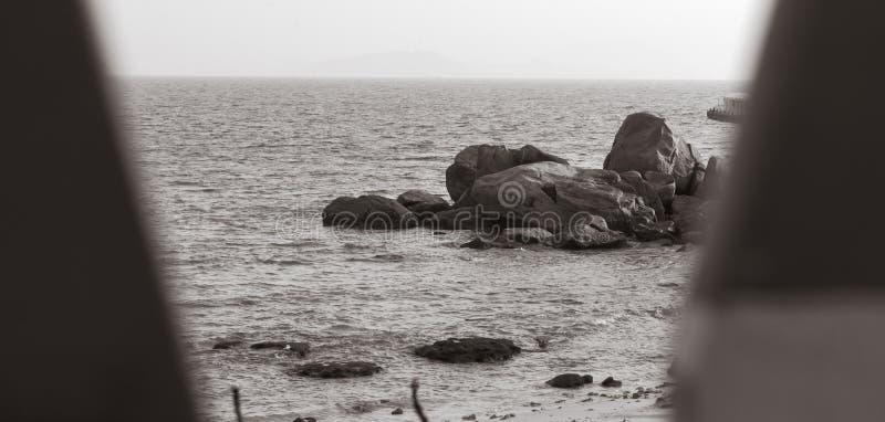 Σκόπελος στην παραλία με το μαύρο άσπρο ύφος στοκ εικόνα με δικαίωμα ελεύθερης χρήσης
