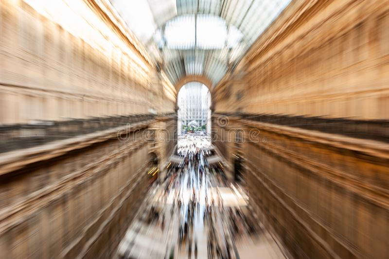 Σκόπιμα η κίνηση θόλωσε τη δημιουργική εικόνα των ανθρώπων και των κατόχων διαρκούς εισιτήριου που περπατούν σε Galleria Vittorio στοκ εικόνα