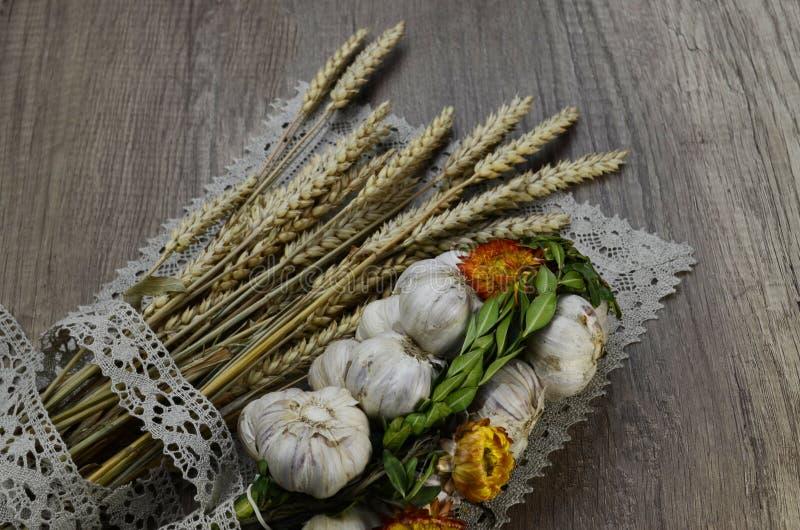 Σκόρδο με τα λουλούδια και και την πετσέτα λινού στοκ φωτογραφία με δικαίωμα ελεύθερης χρήσης