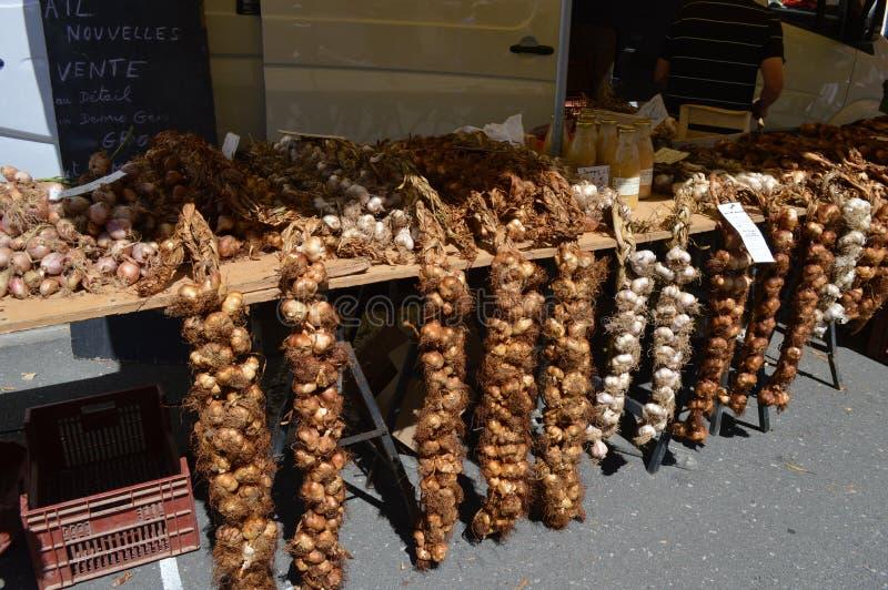 Σκόρδο στην πώληση στην αγορά σε LE Touquet, Pas-de-Calais, Γαλλία στοκ φωτογραφίες