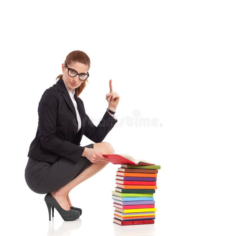 Σκύβοντας επιχειρησιακή γυναίκα που δείχνει επάνω. στοκ εικόνα με δικαίωμα ελεύθερης χρήσης